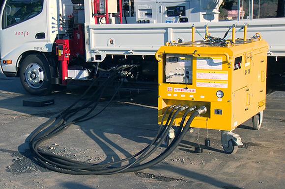 この投光車は、油圧系のトラブルに対処する「緊急脱出装置」が接続できる