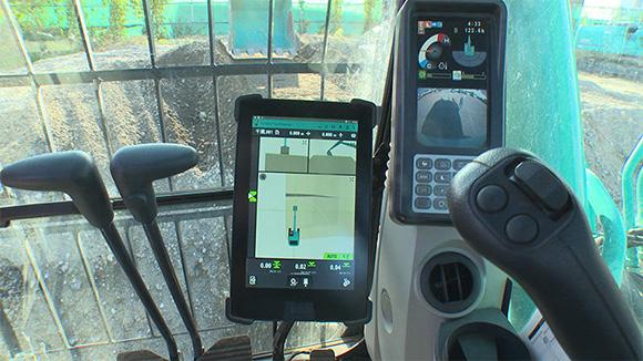 3次元データを元に半自動で施工が行えるICT重機の運転席(バックホー)