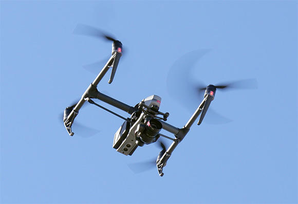 測量用のドローン。カメラを搭載し、自動飛行が可能。