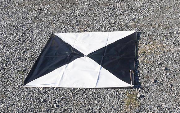 対空標識。標定点が中心に来るように、地面に設置する。