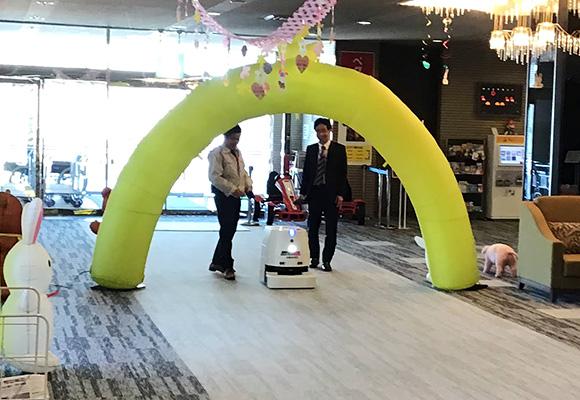 ダイワロイヤルホテル「Royal Hotel 那須」は、ホテル清掃作業スタッフの高齢化による作業負担の軽減と人材不足を補う作業効率化の一環として、清掃ロボット導入の実証実験を3月21日から6月21日までの3ヵ月間実施している。