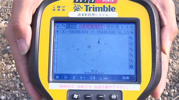 GNSSローバー。設計データと現況との差分をその場で確認できる。