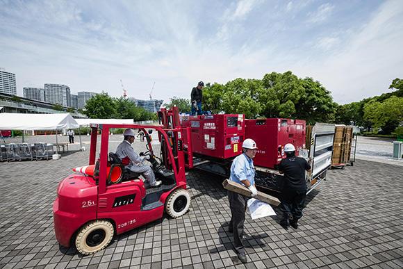 5月の終わり、季節外れの猛暑の中で発電機の設置作業