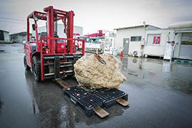 2トンのコンクリートの塊が、フォークリフトに乗せられて入場