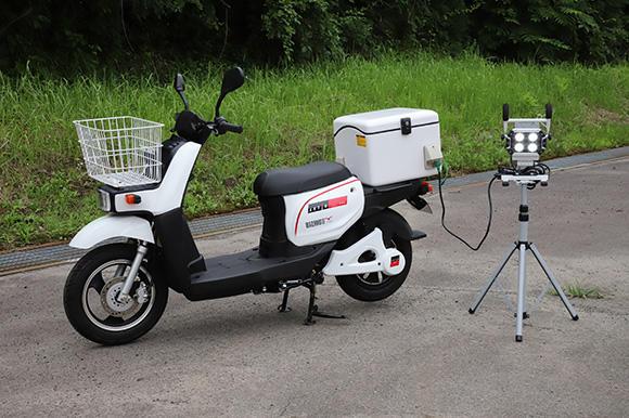 電動バイク「BIZMOⅡ(ビズモツー)」。100Vの電源供給が可能だ。