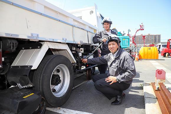 エンジントラブルなどにより油圧が発生しない場合は、大石さんが持っている棒を上下することで油圧を発生させることも可能。