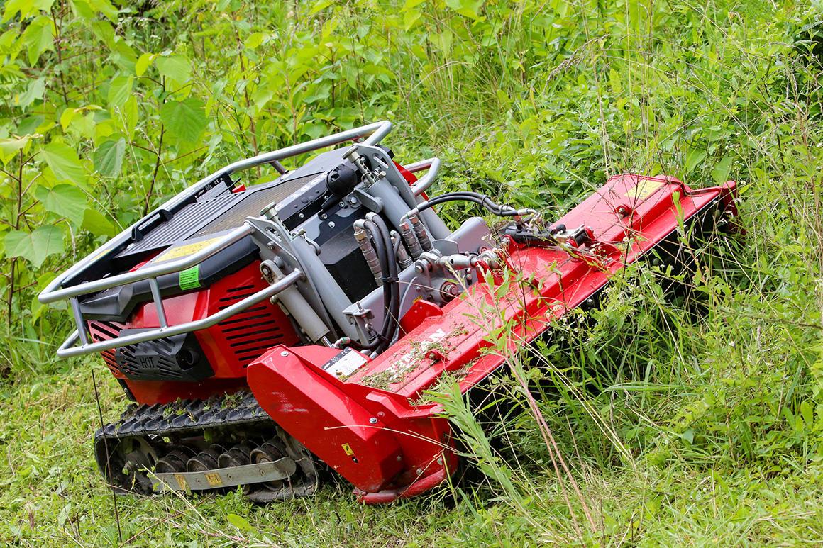 除草作業をラジコン草刈機で効率化