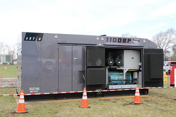 発電機自動運転盤には超大型発電機も接続可能。写真は800/880kWを出力するDCA-1100SPK。