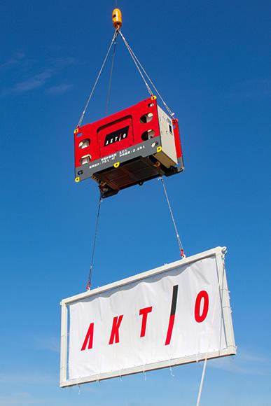 消波ブロックの設置は、クレーンによって吊り上げて行う。