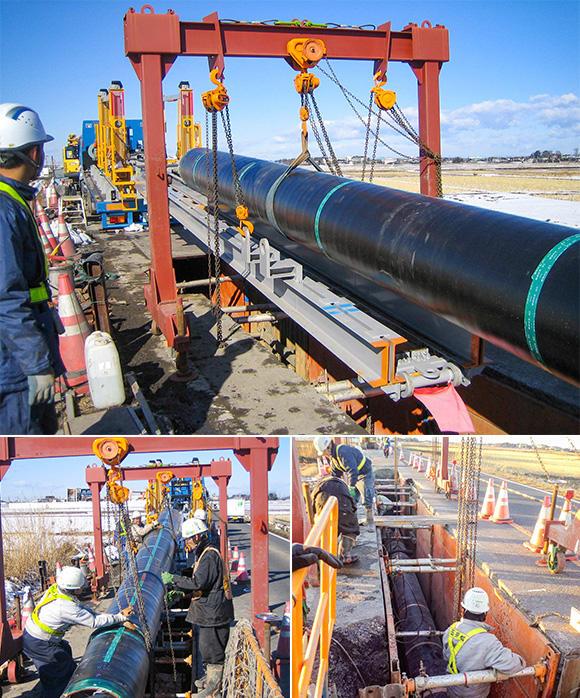 ヤードで鋼管を積載し、現場到着後、荷台を傾けることで傾斜を作り、鋼管の自重で下ろす仕組み。昇降レールと投入台車、鋼管を一体で降ろし、掘削した穴に鋼管をチェーンブロックで落とし込み、鋼管を溶接して繋ぎ合わせていく。