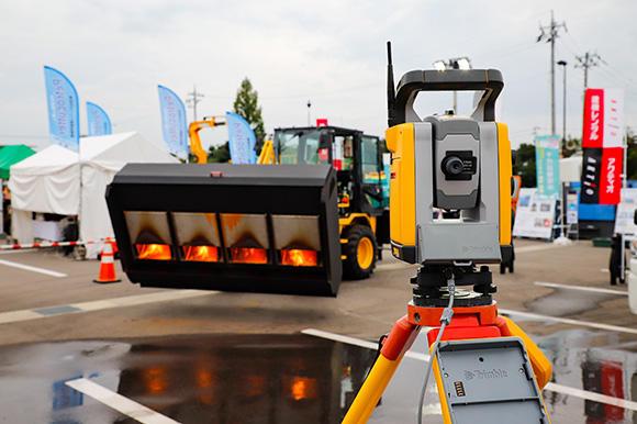 路面乾燥車をICT化した商品を初披露。会場ではTS(トータル・ステーション)と組み合わせたタイプを展示した。