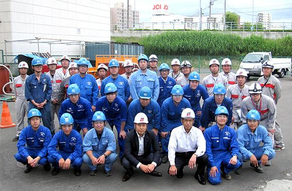 北海道支店の体験研修会記念写真。青い制服はグループ会社である株式会社共成レンテムの社員だ