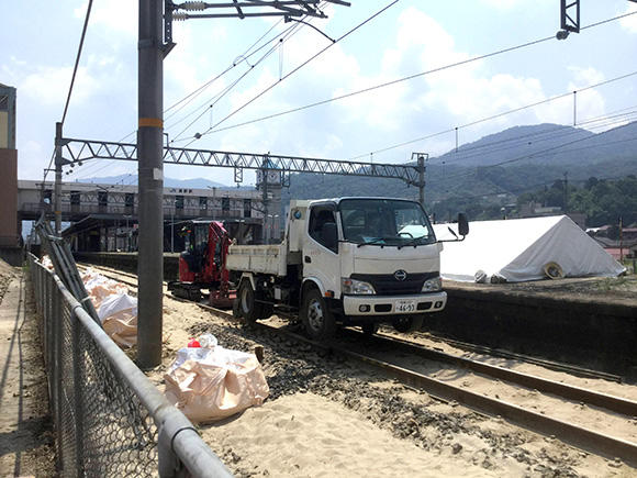 鉄道の復旧作業に従事する軌陸ダンプ