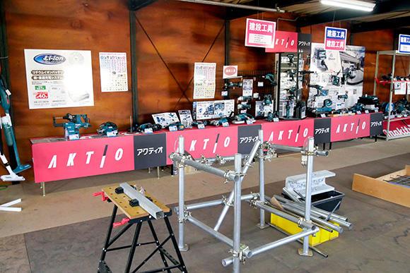 工種ごとに仕分けされたバッテリー工具がずらり並ぶ展示場。