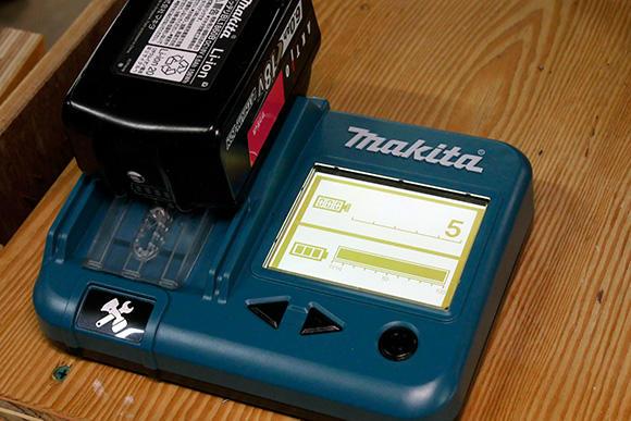 バッテリーの健康診断を行うバッテリーチェッカー。
