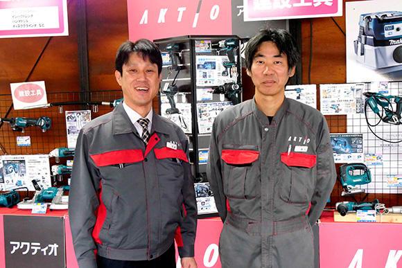 今回展示場を案内いただき、お話を伺ったのは、アクティオ小型機械事業部業務課の、高梁章友課長と貴志知朗課長。
