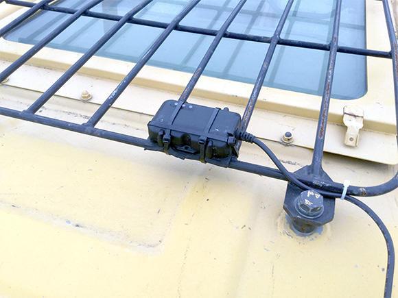 重機の屋根に取り付けられた位置情報取得用のGNSSアンテナ