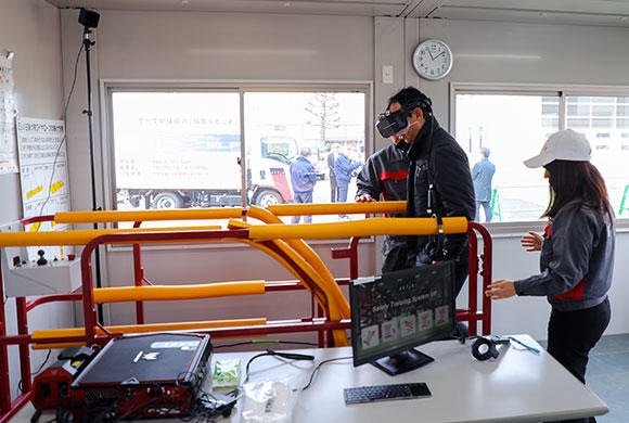 Safety Training System VR of AKTIOで不安全行動を疑似体験。
