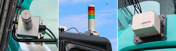 左から積層灯(運転席内側スピーカー付き)、積層灯(運転席外側)、車両タグ。積層灯は3色灯で、監視中は緑、外側エリアに侵入は黄、内側エリアに侵入は赤が点灯する。外側エリアでは、作業員が身につけたタグで警報と振動を知らせ、同時にオペレーターには警報と積層灯で通知。内側エリアでは、作業員がエリア内に立ち入ると重機が停止する仕組みだ。