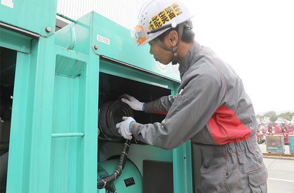 建機レンタルの基本ともいえる発電機の整備作業。今では立派な戦力になっている