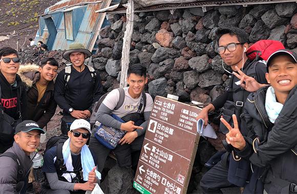 フィリピン人技能実習生みんなで行った富士登山。長尾統括工場長の発案だ