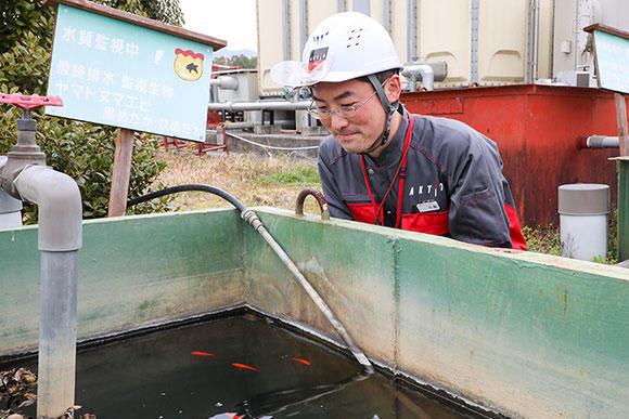 5S委員長の寺輪大介。三重いなべテクノパーク統括工場では、排出する汚水を適切に管理している。4層からなる浄化槽で油水、ヘドロなどを分離した後、PHを測定。最終的に金魚が生きられる水になったか確認した上で、下水処理している。これもQC活動(委員会)の一環だ