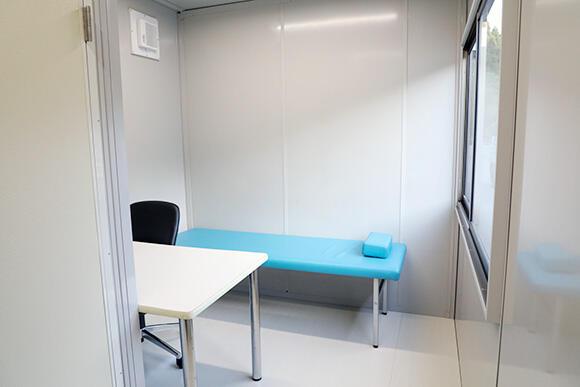中央に間仕切り(写真奥の壁)を設け、二部屋に振り分けにもできるタイプ。それぞれの部屋に前室が追加可能。