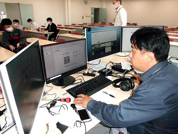 オンライン教習では講師に加え、技術を担当するスタッフも必要になる。