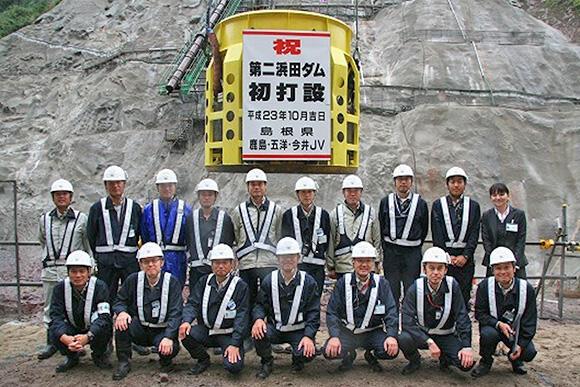 2011年ダム現場での現場研修中の一コマ。左端に立つのがアクティオ技術部員だ
