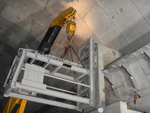 開発案件「PC部材吊り装置」。トンネル内にL字型PC部材を取り付ける工事を大幅に効率化できる