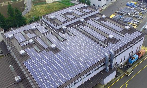 工場の屋上に太陽光パネルを設置し、175kWを売電、10.2kWを工場内で使用。この他、雨水の再利用(洗浄水)や廃油ピットを経由した廃油の一括管理など、環境面にも配慮。大手総合建設機械レンタル業界で初となる環境マネジメントシステム「ISO14001」を取得している
