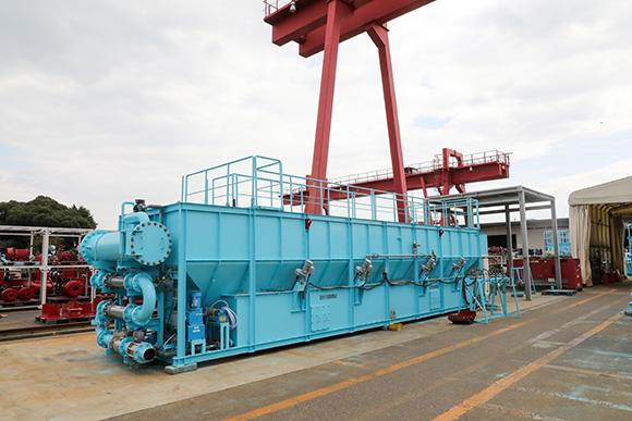 エンジニアリング事業部第1工場と第2工場の間にあるヤードに鎮座する水処理器。写真は120トン/hの濁水を処理可能。さらに大型の2段積みタイプだと200トン/hも処理可能だ