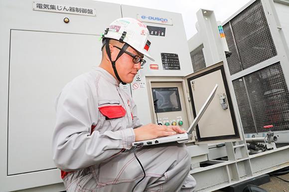エアーメンテナンス課の永井信任主査。山岳トンネルに設置される換気機器の整備・現場施工・お客様への技術提案等の打ち合わせなどを担当。「佐野テクノパーク統括工場で業務にあたるのは年の3分の1程度で、ほとんどを全国の現場で過ごします」(永井主査)。取材日の午後には、三重いなべテクノパーク統括工場に出張と多忙を極めていた。「若手の育成が課題」と語った