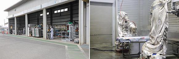 左:エンジニアリング事業部の仮設工業会指定工場。建設現場で使う仮設足場は安全に直結する機器のため、仮設工業会の認定を受け、年2回の講習を受けた上で運用している 右:仮設足場を自動で洗浄するロボット2台を導入。180MPaの超高圧水で汚れを落とす最新機器で、手洗い洗浄の約2倍のスピードで処理可能だ