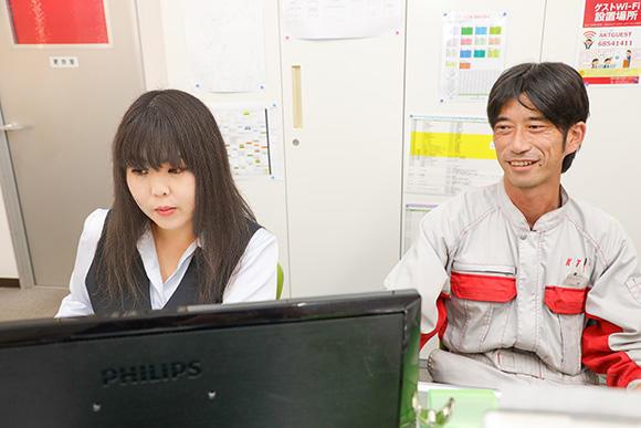 事務を担当している日向野愛加さん。作業書の入力や請求書の処理、破損した機械の修理見積書の作成など、日々こなさなければならない業務は多い。不明な点は、各担当者に直接聞いて、作業のスピードアップを図っている