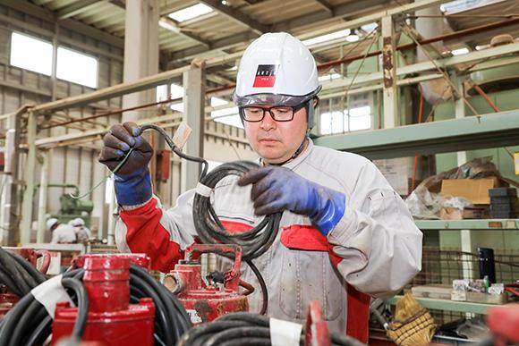 塚越健二主事は小型班のリーダー。その日の作業指示や目標設定を行った上で、自ら作業も行う。「整備を終えているのに稼働していない