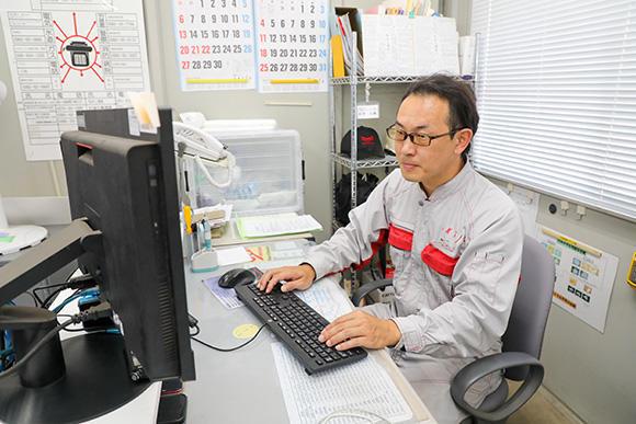 日常業務はデスクワークがメインの松井大輔工場長。お客様と接する機会はないが、「営業所から感謝の言葉をいただいたときや、チームで難局を乗り切った際には達成感を覚えます」(松井工場長)