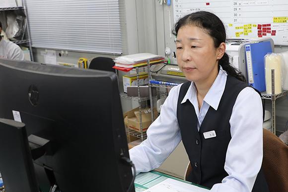 仕様書や修理見積書の作成、消耗部品の発注、また就労関係のチェックなど、事務全般を担当している太田実里主査