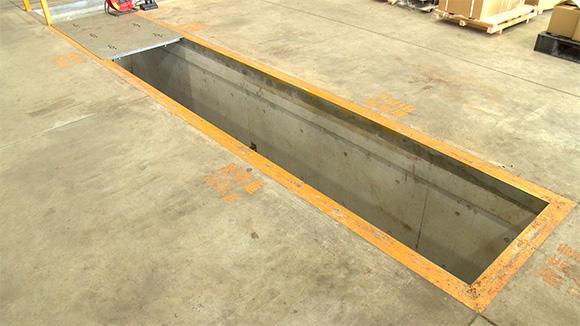 床に設けられたアスファルトフィニッシャ専用のピット