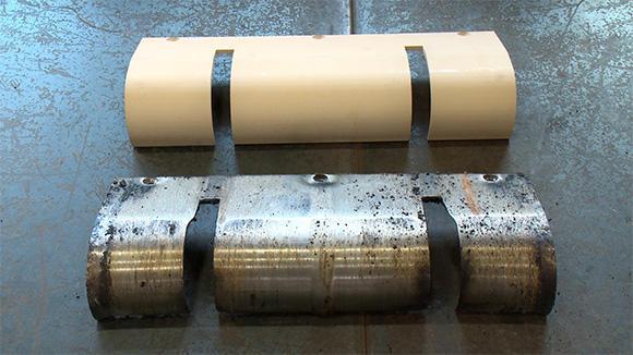 コンベアの底板を構成する部材。下が取り外したもので、上が交換用の新品部材