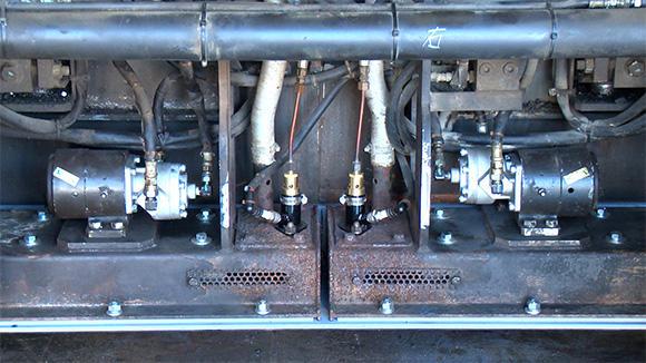 スクリードのバーナーとガス配管は交換され、中身をすっかり入れ替えたバイブレーターも無事に設置完了