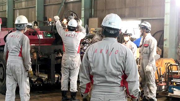 大阪で行われたアスファルトフィニッシャの整備講習会。貴重な技術が継承されている