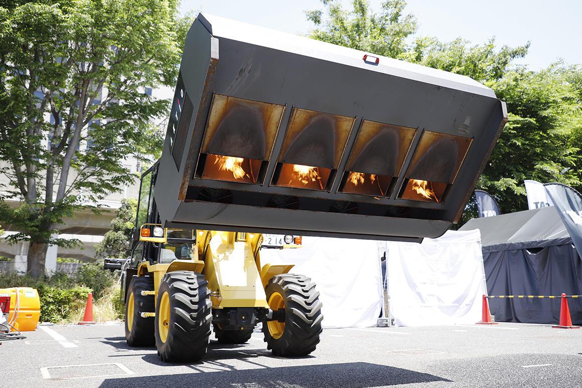 降雪地帯の道路工事に欠かせない「路面乾燥車(熱風送風型)」
