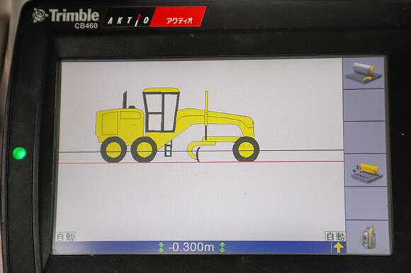 キャブ(操縦席)に設置させたコントロールボックスに、表層の設計データ(黒線)から30cmオフセットしたライン(赤線)を下層路盤として自動で施工する