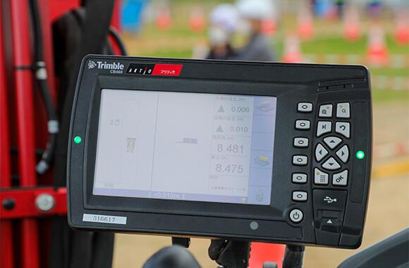 操縦席に設置されたコントロールボックス。事前に3次元の設計データ(設計値)を読み込むと、施工時には重機の位置、設計情報、測位情報などが表示される