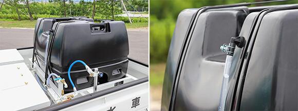 ポリローリータンクの容量は約350Lとたっぷり。運転席から振り向いて確認できる残量ゲージが付いているため便利だ。タンク内に藻が発生するのを防ぐため、紫外線を通しにくい黒色を採用している