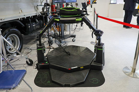 新たに採用された歩行型VRデバイス「Virtuix Omni」。省スペースでの設置が可能だ。