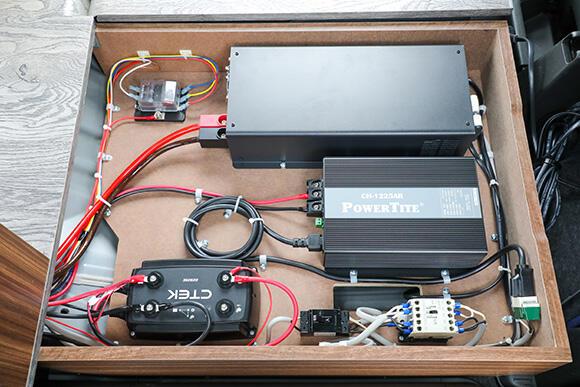 運転席後方の床下には、リチウムイオンバッテリーや直流(DC)を正弦波交流(AC)に変換するインバーター、走行充電装置などが備わる