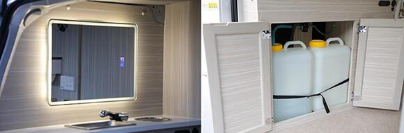 (左)照明付きの鏡、洗面台を装備。(右)洗面台の下に給排水のポリタンクを収納。ちなみに、バルブの切り替えにより、汚水を現場の排水設備に流すことも可能