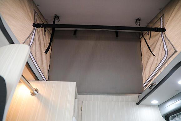ポップアップルーフを跳ね上げた際、事務スペースとレストルームが筒抜けにならないよう、仕切りが設けられている